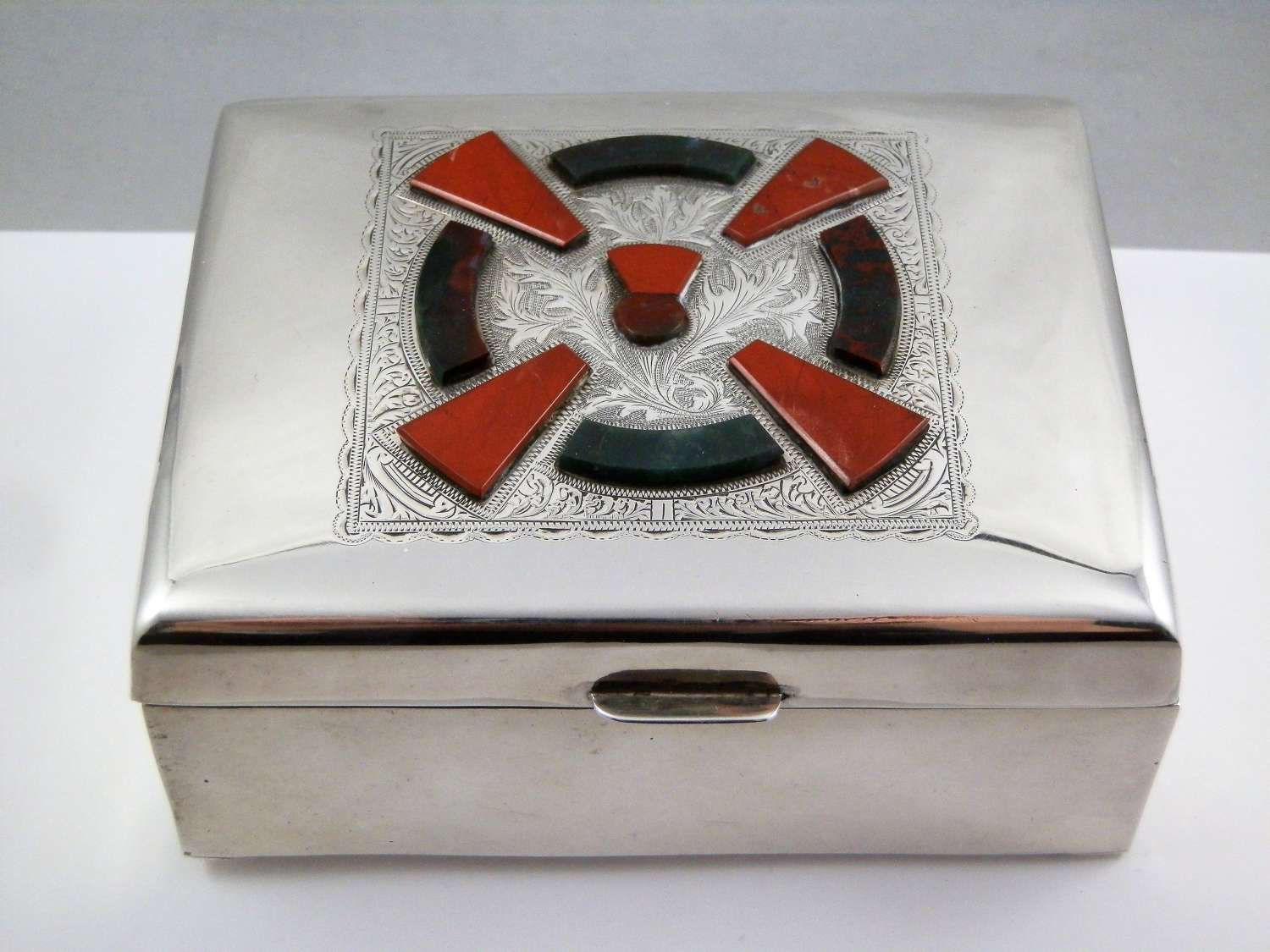 Chester silver trinket box with agates, 1923