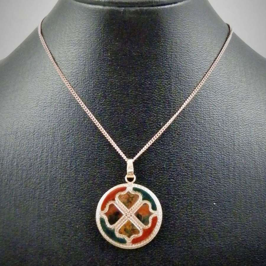 Scottish Victorian gold and agate pendant with 9ct gold chain